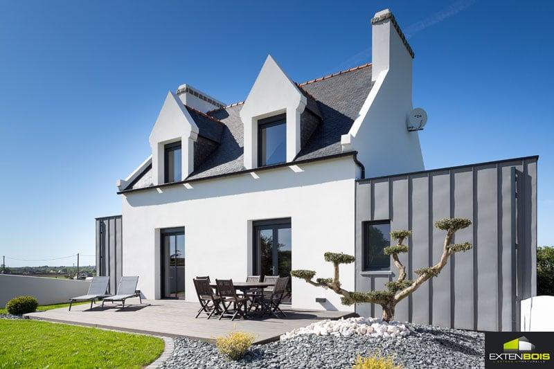 Utilisation du zinc et du bois pour cette extension de maison traditionnelle bretonne.
