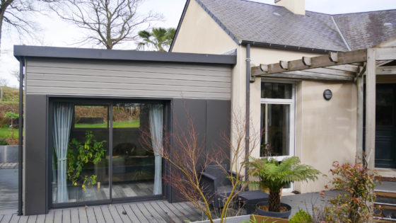 L'extension se marie parfaitement avec son l'environnement de la maison tout en apportant caractère à l'ensemble