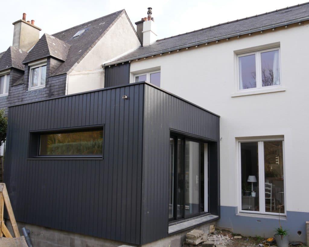 L'extension a l'arrière de la maison permet d'agrandir la pièce de vie