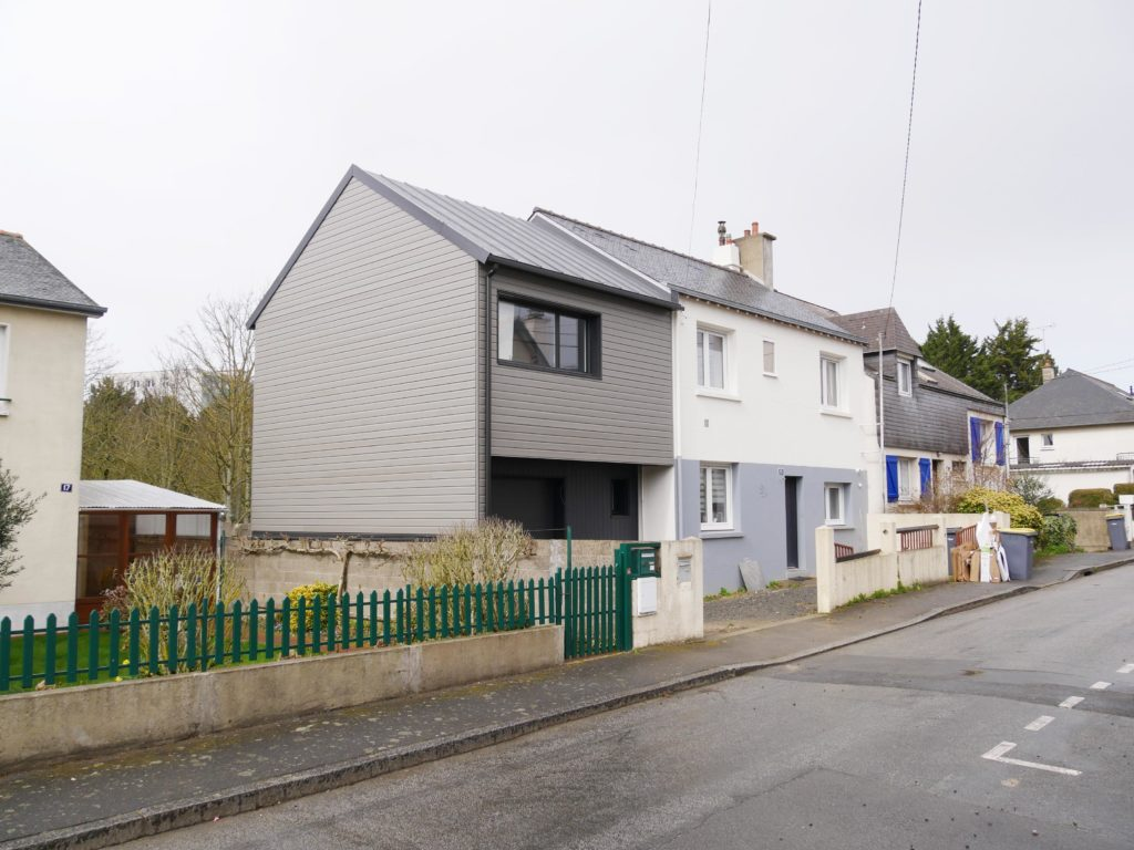 L'extension installée sur le pignon de la maison offre de la surface supplémentaire avec 2 chambres, 1 salle de bain et un garage