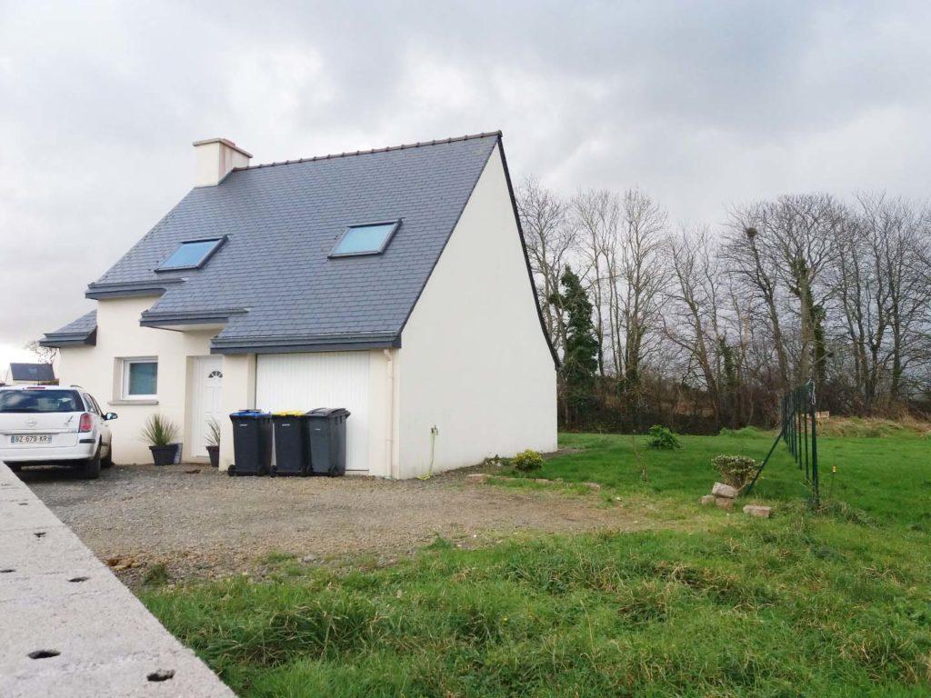 Maison à toit double pente à l'architecture traditionnelle qui dispose d'assez du surface sur le côté droit pour accueillir une extension