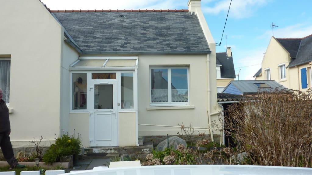 La maison dispose de l'espace nécessaire sur la façade avant pour accueillir une extension bois
