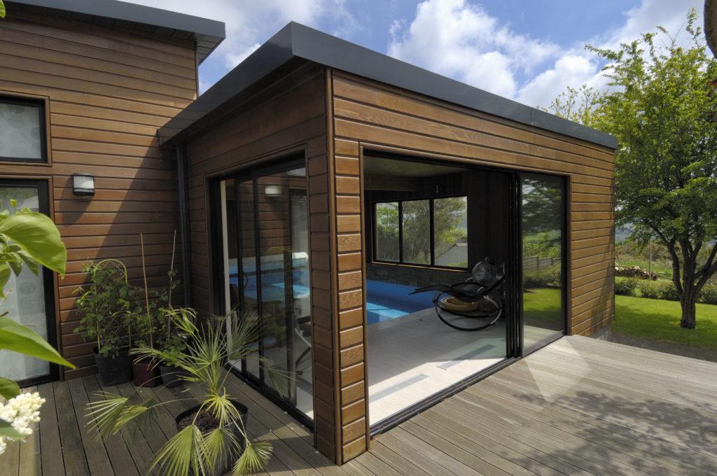 Construire une piscine couverte ouverte sur l ext rieur extenbois - Construire une piscine interieure ...