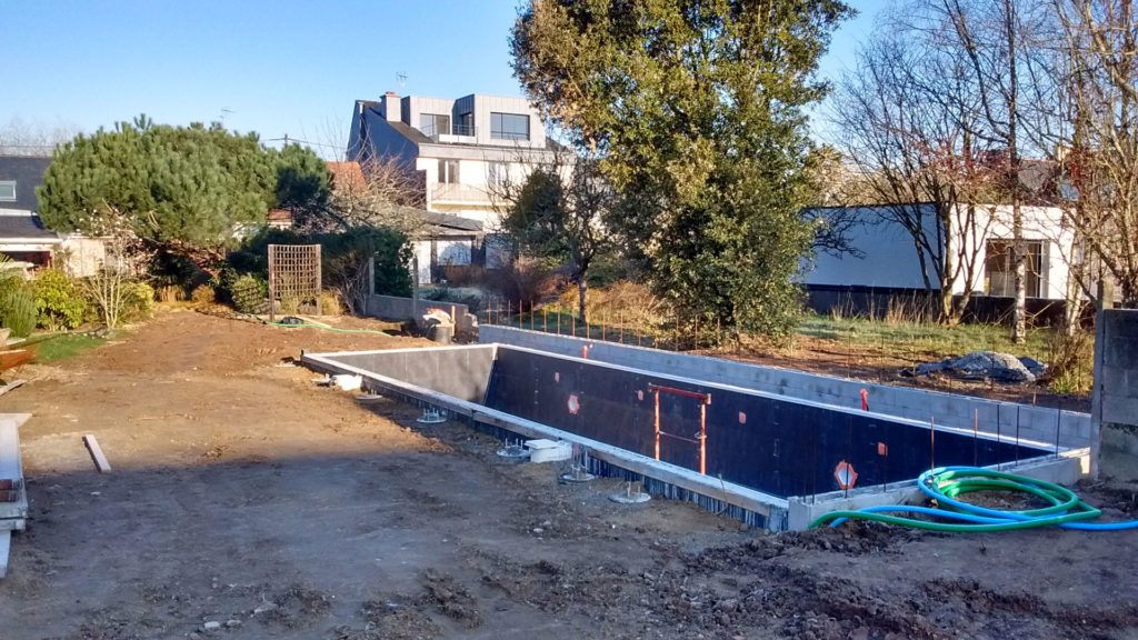 Piscine en chantier accueillant une pool house