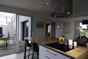 Ilot central de la cuisine avec accès direct à la terrasse