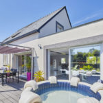 L'extension de la maison offre un accès direct à la terrasse