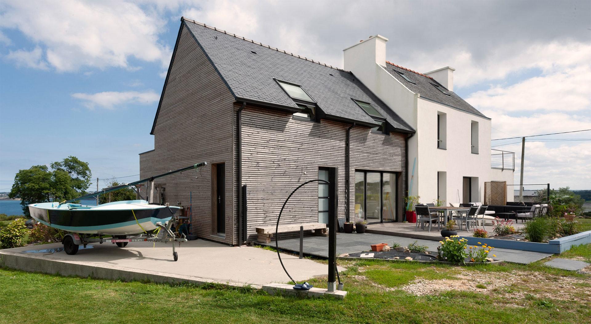 Extension maison à étage avec toiture double pente et bardage bois horizontal