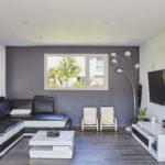 Un coin salon cocon moderne et lumineux