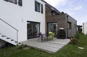 Terrasse en bois pour un espace communiquant entre la maison et son extension